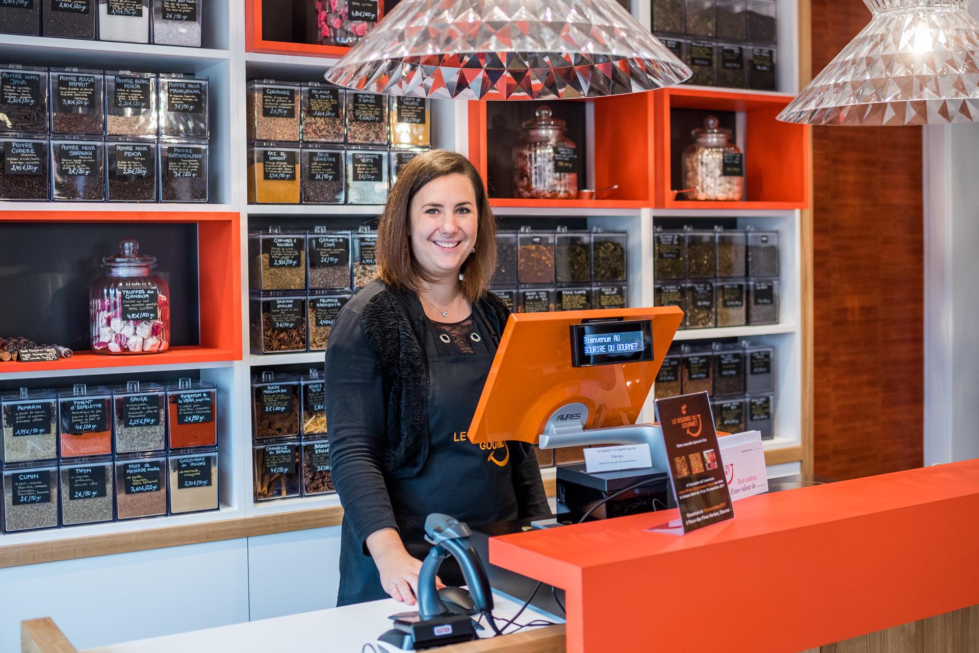 Emmanuelle dans sa boutique
